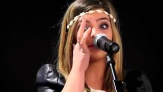 J'irai de Caroline Costa en pleure en showcase