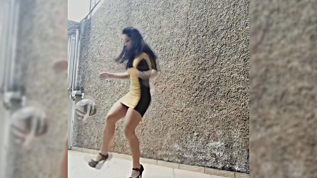 Девушка в на каблуках курит видео