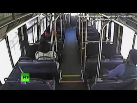 В США пассажиры выбежали из автобуса за секунды до столкновения с поездом