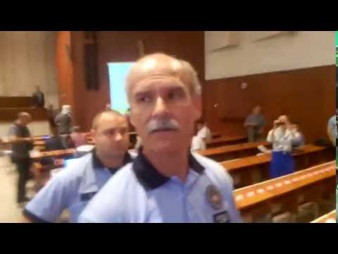 Martin Dano a MP policajt rozdava hlavicky