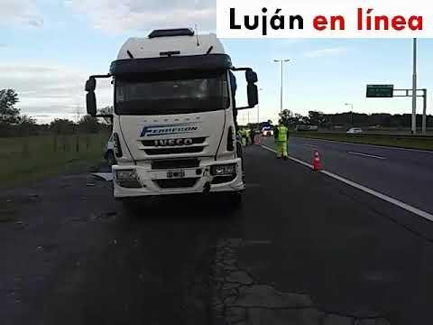 Choque de camiones en autopista doovi for Benetton quedara autopista panamericana acceso oeste