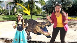 ANNY FINGE BRINCAR DE FUGIR DE ANIMAIS COM SUA MÃE / Anny pretend to play to escape the alligator