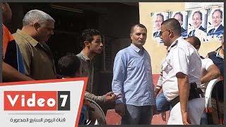 بالفيديو.. أنصار أحد المرشحين بالحوامدية يقومون بتوجيه الناخبين أمام لجان مدرسة أم خنان