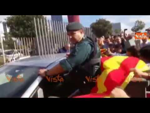 Barcellona, gli indipendentisti provano a fermare la Guardia Civil
