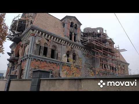Очень необычный и очень красивый фасад дома в центре Еревана