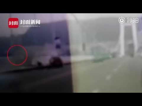 #重庆公交车坠江视频# 后车行车记录仪拍下公交冲下桥瞬间