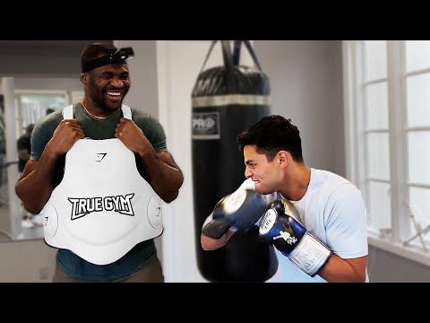 Боксер пробивает пресс бойца UFC / Фрэнсис Нганну и Райан Гарсия совместная тренировка