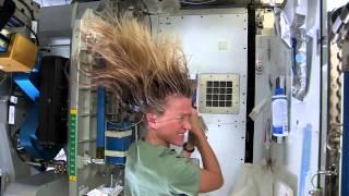 留园网6park.com宇航员在国际空间站示范洗头发