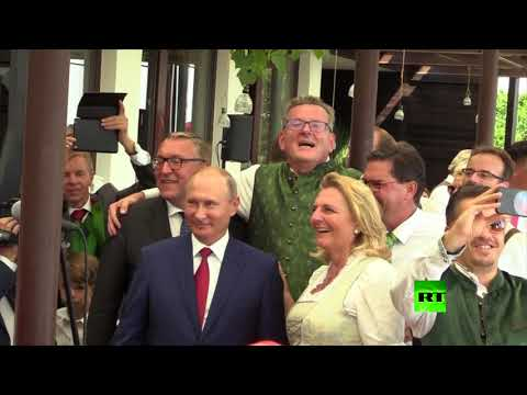 بوتين يشارك وزيرة خارجية النمسا فرحتها