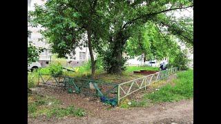 Алкаши, наркоманы и горы мусора не покидают детскую площадку у библиотеки в Волгодонске