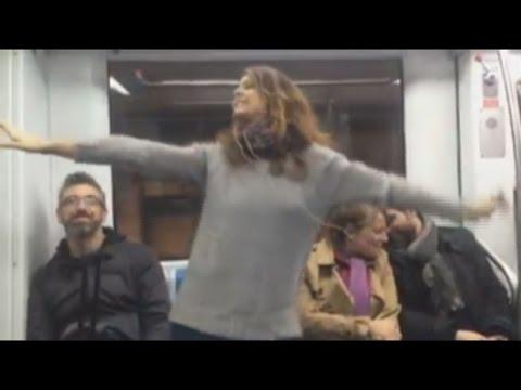 """Aurora idolo del concorso Altrove, canta """"Robin Hood"""" in metro e spopola sul Web"""