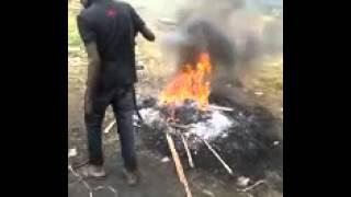 Tabaski à Abidjan : la viande brûlée à même des pneus