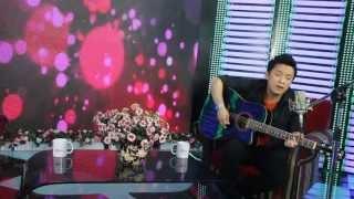 Ca sĩ Lam Trường tự đệm hát guitar