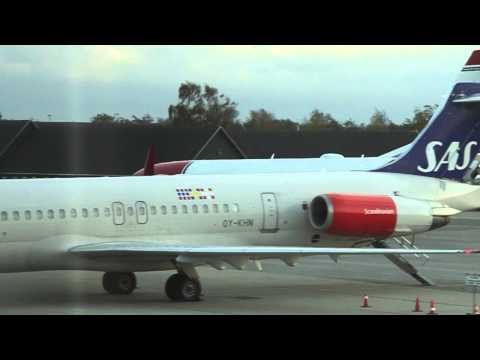 Norwegian Boeing 737-800 taxi to gate - Aalborg Airport