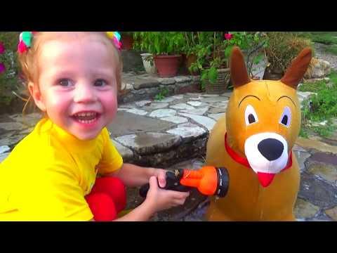 Настя играет с игрушечным Максом и лечит ему лапку