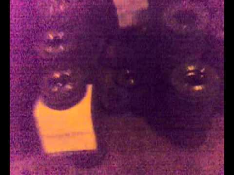 Девушка сортирует трубные фланцы (на каблуках).mp4