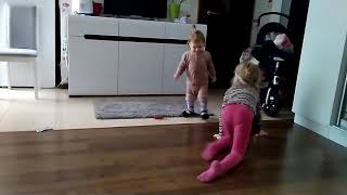 Кошка в розовых колготках нападает на ребенка 👪 Дневник начинающего отца