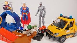 SUPERMAN ayuda a los MONSTER Machines🚗JUEGOS DE CARRERAS DE COCHES  Blaze y Crusher