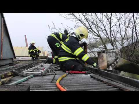Požár střechy průmyslového objektu Šternberk