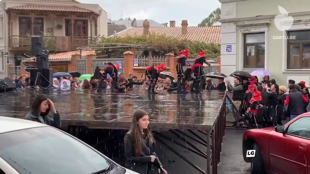 გორის დღეზე მოცეკვავეები წვიმიან ამინდში სცენაზე წაიქცნენ VIDEO