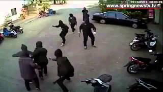 DIJAMIN LUCUU!! (CCTV) Belasan Gangster Bawa Golok, Diacungi PISTOL Lari Terkencing Kencing!!!