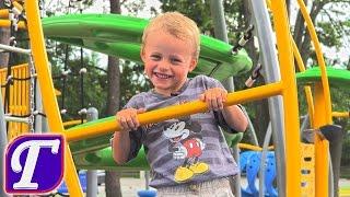 Макс Играет на Детской Площадке Игры на Детской Площадке в Вашингтоне Америка Максим Fun Playground