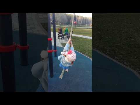 Тарзан на детской площадке