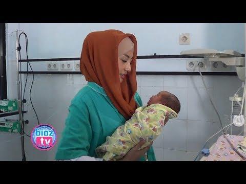 bayi-dalam-kardus-masih-di-observasi,-m-nur-arifin-&-istri-besuk-di-rsud-dr.soedomo---bioztv.id