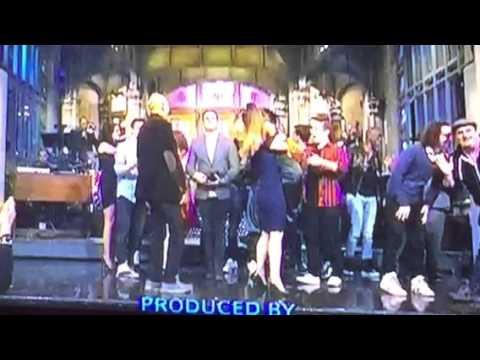 Ariana Grande And Kate McKinnon Bear-Hug On SNL