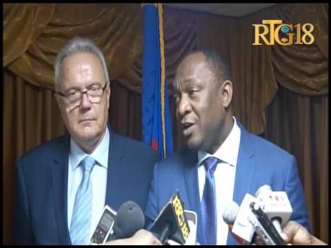 Neven Mimica visite le parlement haïtien.