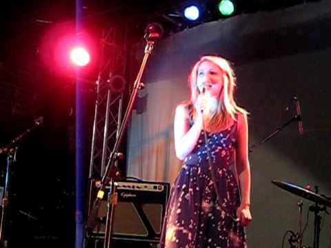 "Dianna Agron singing ""Push It"" at ""Chickens In Love"" - Part 7/9"