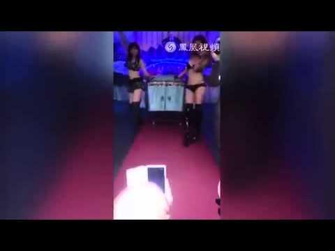 Ballerine sexy pagate dalla vedova al funerale del marito