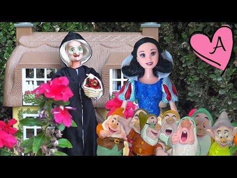 Blancanieves y los siete enanitos - Historia en español con muñecas Barbie y juguetes para niños