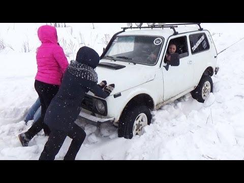 Четыре девчонки засадили Ниву в снег, но не унывают