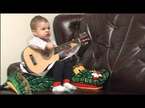 Cezar Stratan la chitara (la 2 ani)