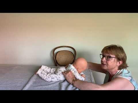 Instructievideo bij een baby met de neiging tot veel strekken en een afplatting middenachter IMG9229