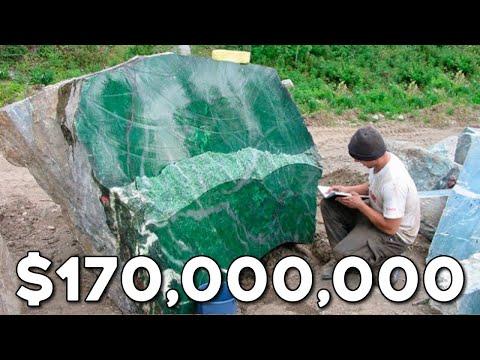 عثر عمال المناجم في ميانمار على أكبر حجر كريم في العالم يزن 170 طن ويصل سعره 170 مليون دولار  - 03:51-2019 / 5 / 15