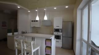 остров с барной стойкой. Кухня в коридоре. Белая кухня. Каменная столешница