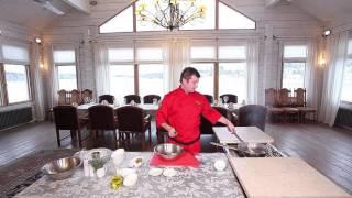 Шеф-повар Сергей Ткачев готовит необычный салат оливье с перепелкой