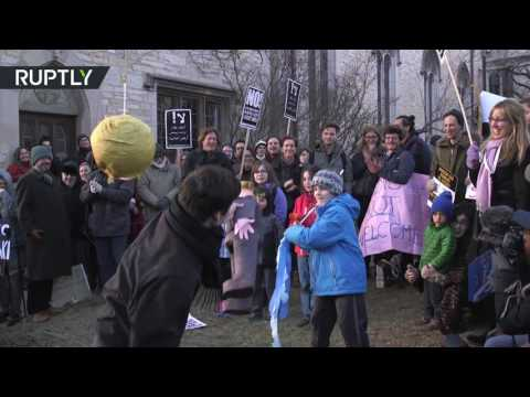 'tear-him-apart!':-kids-bash-trump-pinata-at-chicago-uni-anti-lewandowski-rally