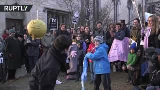 'Tear him apart!'  Kids bash Trump pinata at Chicago Uni anti Lewandowski rally