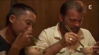 Clovils Cornillac dîne des insectes de rivière cuits par les Miao - Rendez-vous en terre inconnue