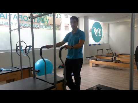 Ejercicio de Pilates Máquinas para el cuádriceps con Silla