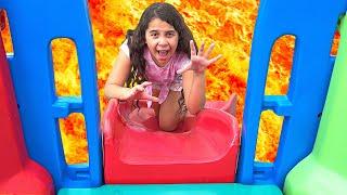 Sarah brinca no parquinho! O CHÃO É LAVA   Sarah play on Playground in the Park! The Floor is Lava