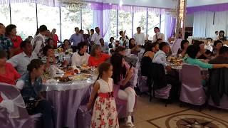 На свадьбе все хлопали стоя.