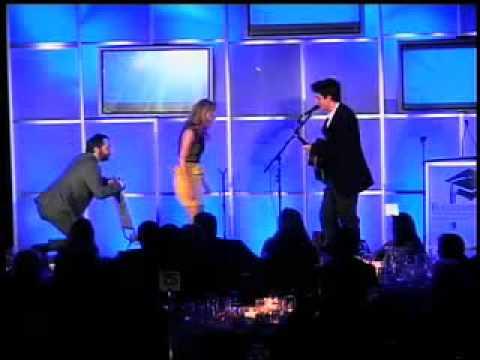 John Mayer Serenades Leslie Mann  1026