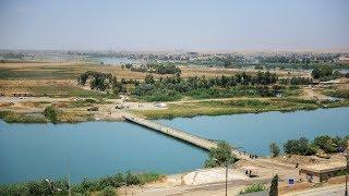جسر عائم يربط شطري دجلة يخدم اهالي الموصل للتنقل من طرف لأخر