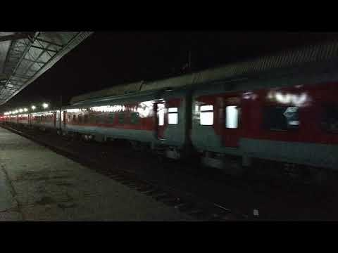 high-speed-12289-nagpur-duronto-express-crossing-manmad-junction-at-110-kmph-:-indian-railways