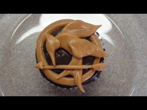 Decorating cupcakes #93: The Hunger Games - Mockingjay Pin