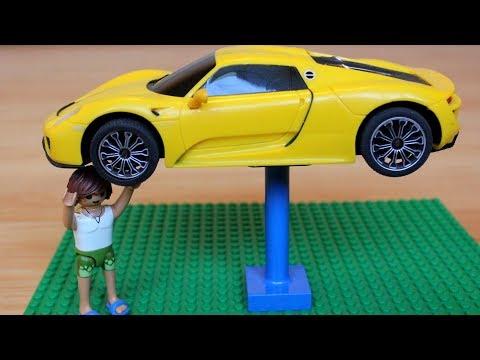 Сеня играет в шиномонтаж и на игрушечной машинке меняет колесо